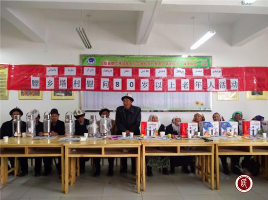 (图为:乌恰县政办驻膘尔托阔依乡塔尔尕拉克村工作队开展慰问老人活动